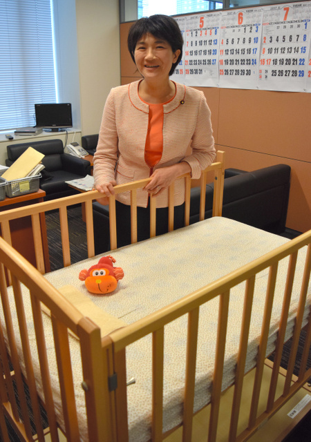 衆院議員会館の事務所にはベビーベッドを置いている。息子は壁のカレンダーが好きだといい、「赤とか青とか、色が楽しいみたいよ」=東京・永田町