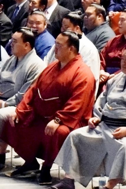 日本相撲協会の研修会に出席した稀勢の里(中央)