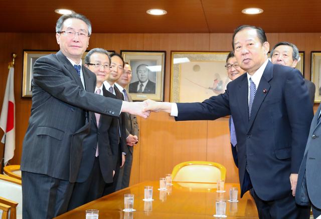 会談の冒頭、中国の武大偉・朝鮮半島問題特別代表(左)と握手する自民党の二階俊博幹事長=27日午後3時9分、東京・永田町の自民党本部、岩下毅撮影