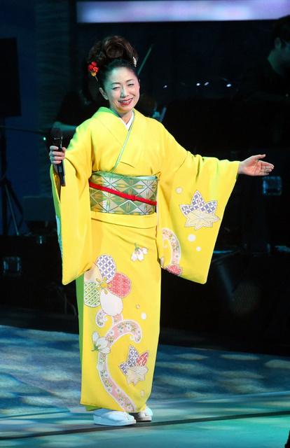 38年ぶりのステージで熱唱する石川さゆりさん=2月11日、熊本県水俣市