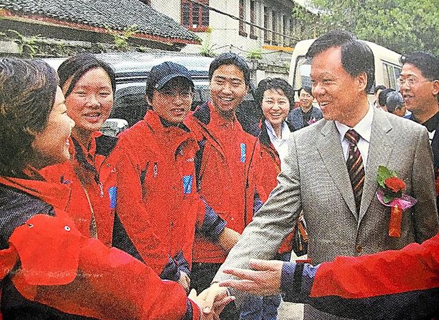 貴州省で長征の史跡を取材する浙江省の報道関係者と握手する陳敏爾氏=浙江大学出版社「新長征路上的浙江人」から