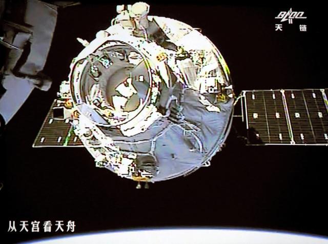 宇宙実験室「天宮2号」から撮影した宇宙貨物船「天舟1号」(新華社)=AP
