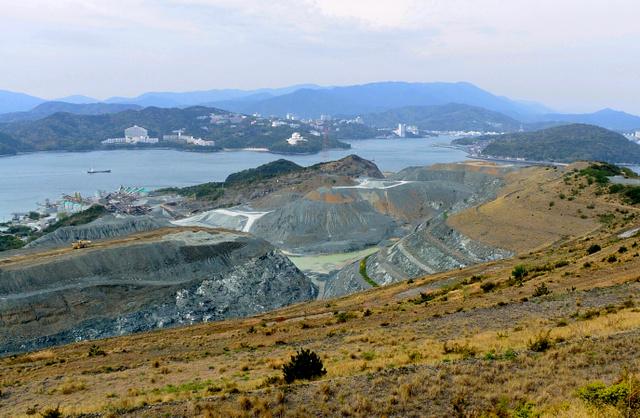 大山に登る途中で見下ろした採石場。対岸は三重県鳥羽市の観光ホテル群と山並み