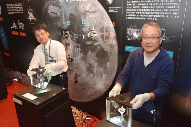 月の石を展示する中山貴義副館長(左)と日本宇宙フォーラムの伏見一也さん=宮崎科学技術館