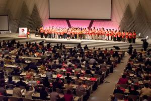 認知症国際会議の開会式。壇上で合唱する参加者ら=27日午前、京都市左京区、楠本涼撮影