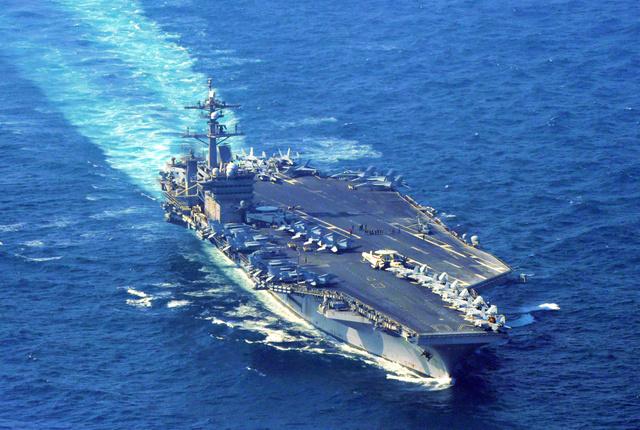 対馬の南約30キロを北北東に進む米海軍の原子力空母カールビンソン=29日午前8時57分、長崎県沖の東シナ海、朝日新聞社ヘリから、長沢幹城撮影