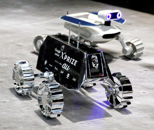 「HAKUTO」の探査車「SORATO」。後方は「チーム・インダス」の探査車「ECA」