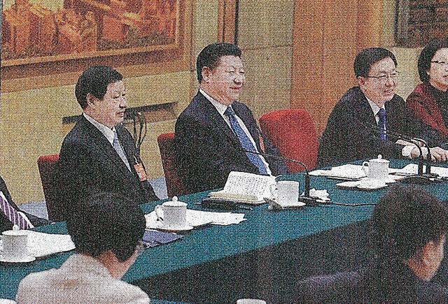 全人代の上海市分科会に出席した習近平国家主席(中央)と応勇市長(左)=3月6日付の「解放日報」から