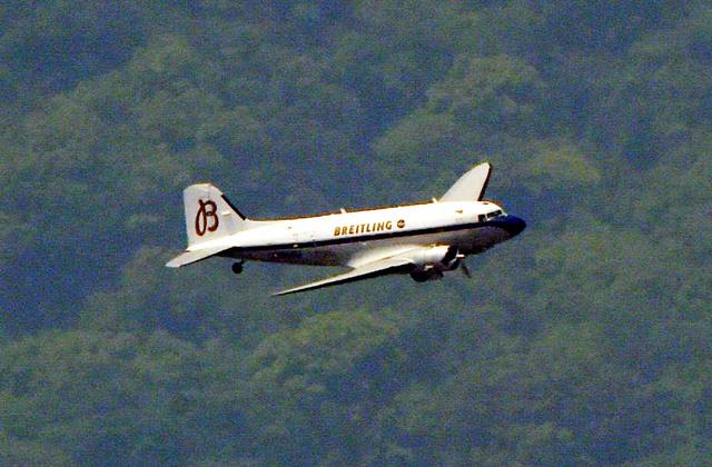 熊本県の被災地などを飛行するDC3型機=30日午後0時7分、熊本市、朝日新聞社ヘリから、長沢幹城撮影