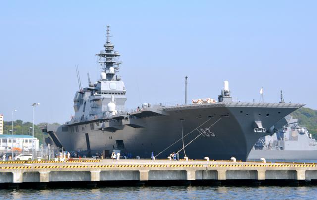 出港前の護衛艦「いずも」=1日午前8時44分、神奈川県横須賀市の海上自衛隊横須賀基地、前田基行撮影