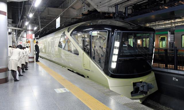 上野駅のホームに入線したトランスイート四季島=1日午前、小玉重隆撮影