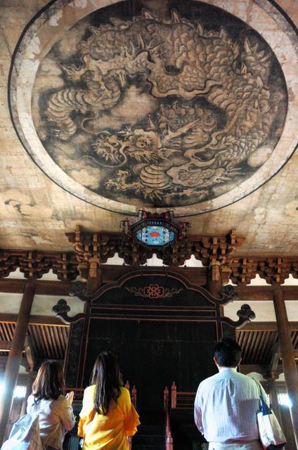 大徳寺法堂の天井には狩野探幽による「雲龍図」が描かれている=京都市北区