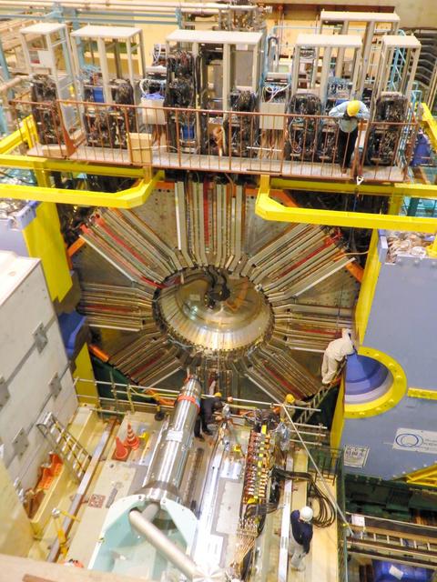 加速器のビームパイプの切れ目に設置された「ベルⅡ」=つくば市の高エネルギー加速器研究機構
