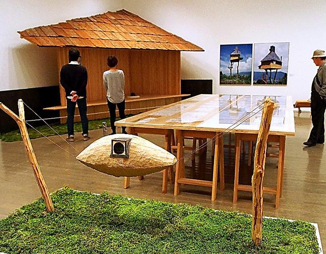 「空飛ぶ泥舟」の模型(手前)などが並ぶ展示室