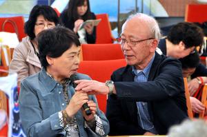認知症国際会議の会期中に開かれた認知症カフェで、自己紹介する芦野さん夫妻=京都市左京区