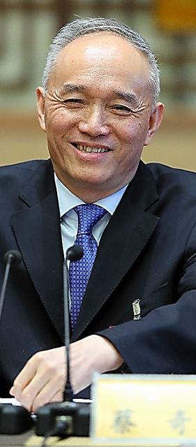 笑顔で記者会見にのぞむ蔡奇・北京市長=3月、北京、矢木隆晴撮影