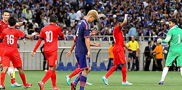 W杯ロシア大会2次予選で、格下のシンガポールと引き分け、うつむく本田(右から3人目)=2015年6月16日