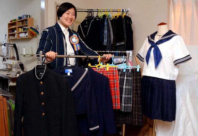 撮影会に使う予定の制服と竹谷侑林央さん。竹谷さんは「制服に悩む性的マイノリティーの中高生にも着てほしい」と呼びかける=府中市