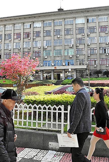 壁が取り払われ、開放的な雰囲気になった三明市政府庁舎=3月27日、延与光貞撮影