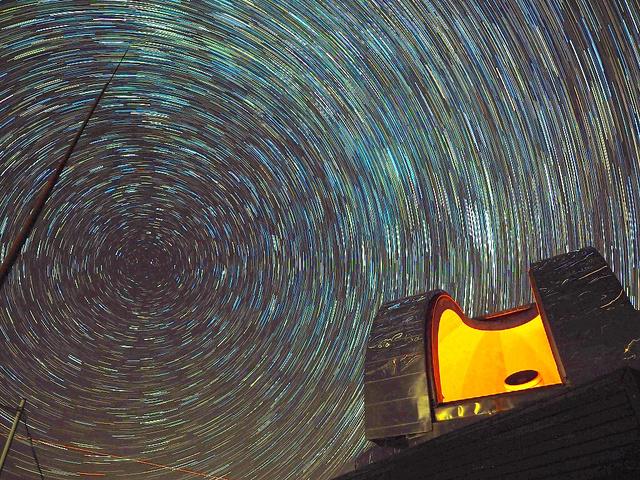 満天の星と中小屋天文台=美郷町北郷宇納間、町提供