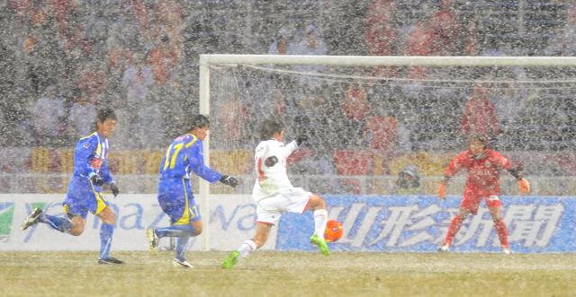 2009年3月14日、当時J1の山形と名古屋の一戦は、降りしきる雪の中で行われた=山形県天童市のNDソフトスタジアム