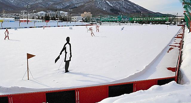 雪に覆われるJ1札幌の練習場、宮の沢白い恋人サッカー場のピッチ=2017年2月、札幌市西区