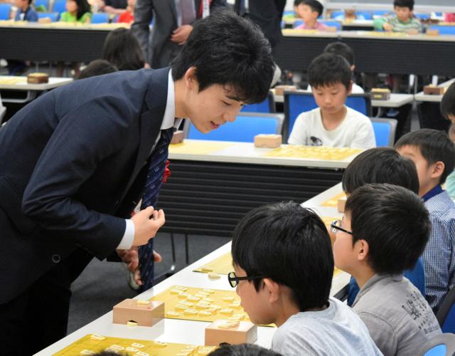 小学生との指導対局に臨む藤井聡太四段(左)=愛知県岡崎市