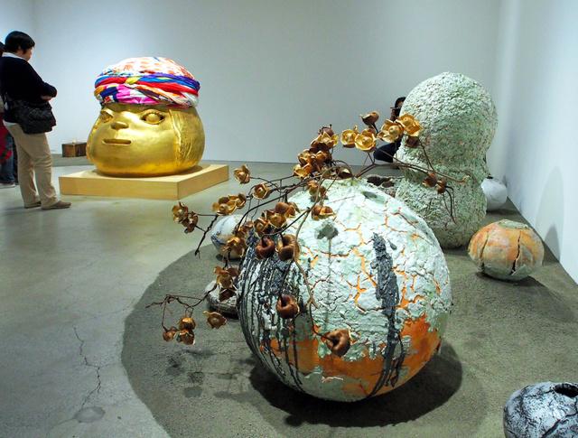 先月、東京のカイカイキキギャラリーで開かれた「陶芸・彫刻を考えるきっかけ:1 『信楽に撒(ま)かれた種』展」。手前が上田勇児作品、左奥が奈良美智作品