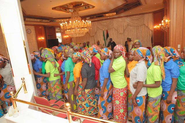 ナイジェリアの首都アブジャで7日、ボコ・ハラムから解放され、ブハリ大統領との面会を待つ少女たち=AFP時事