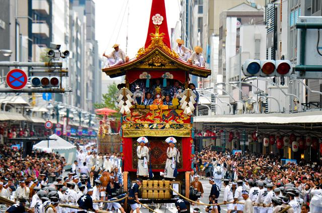昨年の祇園祭前祭の山鉾巡行の様子。四条通を多くの見物客が埋めた=2016年7月17日、京都市下京区