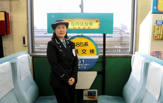 幕張本郷駅に残されている「ニューなのはな」のボックス席と伊達香織駅長=千葉市花見川区