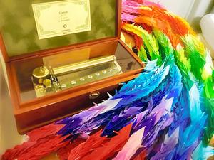 母の病室にあるオルゴールと、介護職員から贈られた千羽鶴