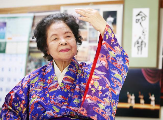 「命(ぬち)どぅ宝」(命こそ宝)と記した額を飾った教室で、琉球舞踊を教える崎浜和子さん=東京都品川区、川村直子撮影
