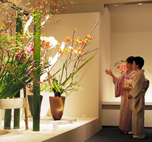 「日本いけばな協会」の創立50周年記念展を視察する常陸宮妃華子さま=10日午前、東京都中央区