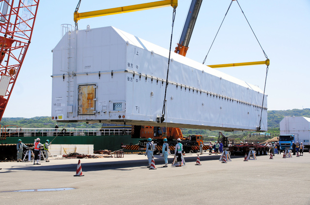 種子島に運び込まれたH2Aロケット34号機。GPS衛星「みちびき」2号機を搭載して6月1日に打ち上げられる=4月28日、南種子町