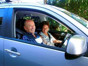 愛車のハンドルを握るブライアン・フィッシャーさん(左)と妻ヘザーさん=ビクトリア州メルボルン