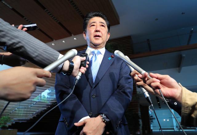 北朝鮮のミサイル発射を受け、官邸で報道陣の取材に応じる安倍晋三首相=14日午前6時42分、首相官邸、関田航撮影