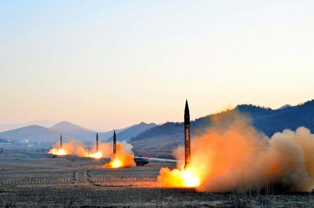 朝鮮人民軍戦略軍火星砲兵部隊の弾道ミサイル発射訓練で発射される4基のミサイル。朝鮮中央通信が3月7日報じた=朝鮮中央通信