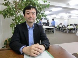 インテグリティ・ヘルスケアのオフィスでインタビューを受ける武藤真祐さん