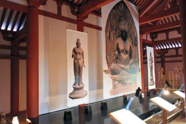 金堂内には仏像の写真が展示されている=9日、福島県磐梯町