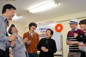 介護職員初任者研修の講座を修了し、同級生と談笑する竹島静枝さん(右から3人目)=2015年12月、川崎市川崎区の介護の学校・QOLアカデミー