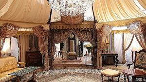 「貴族探偵」(フジ系)で貴族役の相葉雅紀さんが座っている椅子や天幕内の家具