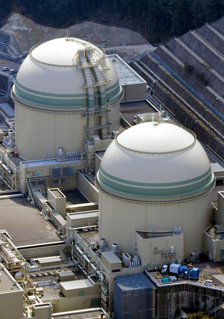 17日午後に再稼働する予定の関西電力高浜原発4号機(手前)