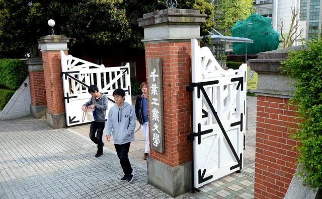 千葉工業大学の通用門に現存する赤れんがの門柱=千葉県習志野市