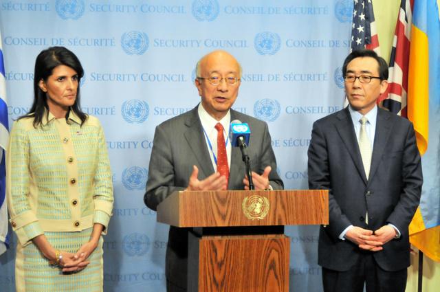 北朝鮮の弾道ミサイル発射を受けた国連安全保障理事会の緊急会合前、会見する日本の別所浩郎(中央)、米国のニッキー・ヘイリー(左)、韓国の趙兌烈(チョテヨル)各国連大使=16日、米ニューヨークの国連本部、金成隆一撮影