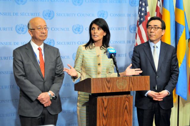 北朝鮮の弾道ミサイル発射を受けた国連安全保障理事会の緊急会合前、会見する米国のニッキー・ヘイリー(中央)、日本の別所浩郎(左)、韓国の趙兌烈(チョテヨル)各国連大使=16日、米ニューヨークの国連本部、金成隆一撮影