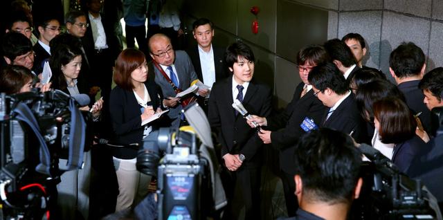 記者の質問に答える小室圭さん=17日午前10時2分、東京都中央区、林敏行撮影