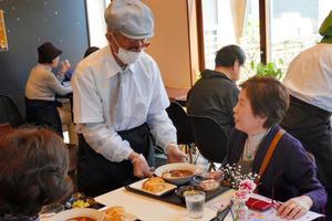接客する高齢者が客と会話をする姿もみられた=長野県岡谷市