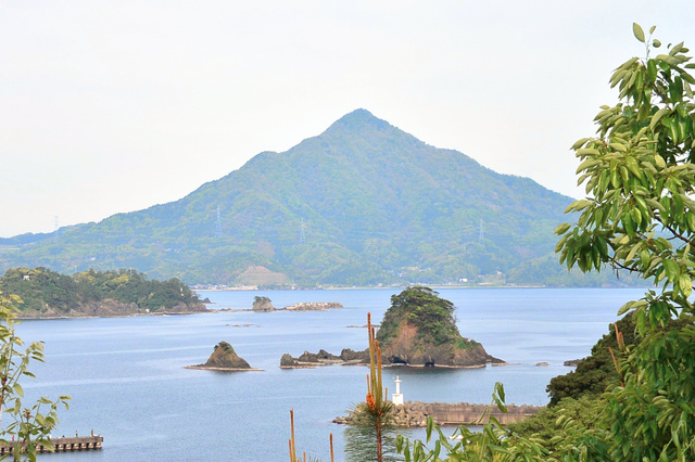 若狭富士とも呼ばれる青葉山。福井県高浜町の安土山公園から写した。見える山頂は東峰。西峰は奥に隠れている