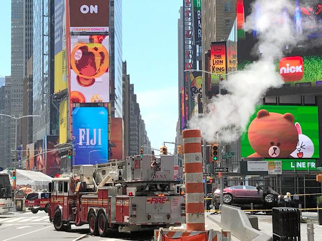 ニューヨーク・タイムズスクエアの現場。消防車両の右に見えるのが歩道に突っ込んだ車で、前部、右側が大破している=18日、金成隆一撮影